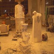 Werkstatt während der Arbeit an Skulpturen