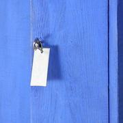 Detail eines blauen Gartenschränkchens
