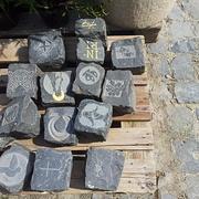 Steine für den Kirchenjahr-Steinkreis auf dem Moritzberg-Friedhof