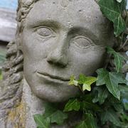 Frauenbüste mit Efeu