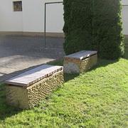 Bank aus Stein und Holz