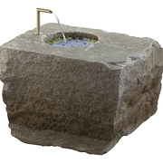 Sandsteinbrunnen mit Tülle
