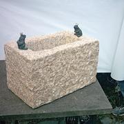 Sandsteinbrunnen mit zwei Fröschen