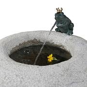 Detail eines runden Sandsteinbrunnens