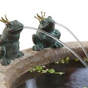 Detail runder Sandstein-Brunnen mit Fröschen