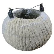 Runder Sandsteinbrunnen mit Fröschen