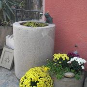 Großer Zylinderbrunnen aus Granit