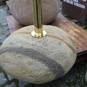 Schirmständer aus braunem Sandstein