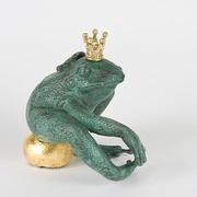 Frosch sitzend auf Kugel