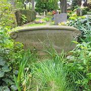 Grabmal aus Sandstein mit Blumenornament