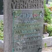 Grabmal aus Kalkstein mit Glas