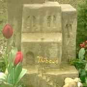Kindergrabmal aus Kalkstein