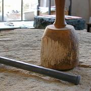 Stein mit Knüpfel und Eisen