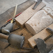 Arbeitsplatz während der Bearbeitung einer Skulptur