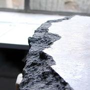 Gesprengte Kante eines polierten Steins