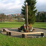 Bankreihe mit Gedenksteinen auf dem Moritzberg-Friedhof