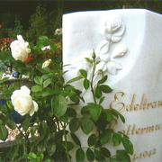 Marmorstein mit Rosenornament
