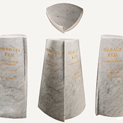 Marmor-Stele mit goldener Schrift