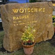 Doppelgrabmal aus regionalem Thüster-Kalkstein