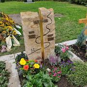 Zweiteiliges Grabmal aus Thüster-Kalkstein